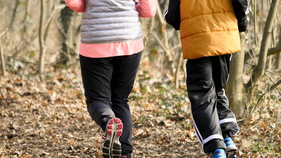 Personer løber i skov